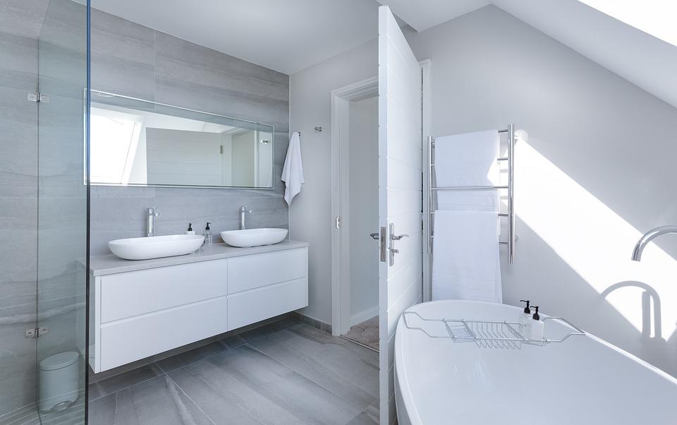 Optez pour la faïence sur les murs de salle de bains